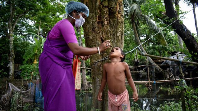 Mit 2 Euro ermöglicht man Kindern Impfungen in Indien, unter anderem gegen Polio. (s / Foto: IMAGO / Pacific Press Agency)