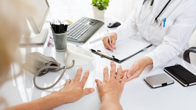 COVID-19: Die DGRh empfiehlt nachdrücklich die Impfung von Patienten mit entzündlich-rheumatischen Erkrankungen. (Foto: narstudio / stock.adobe.com)