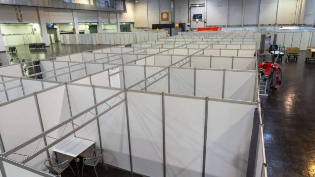 Die Länder bauen derzeit ihre Coronaimpfzentren auf – hier in einer Halle der Messe Essen. Das BMG feilt derweil an der Verordnung, die das Prozedere regeln soll. (x / Foto: imago images / Jochen Tack)