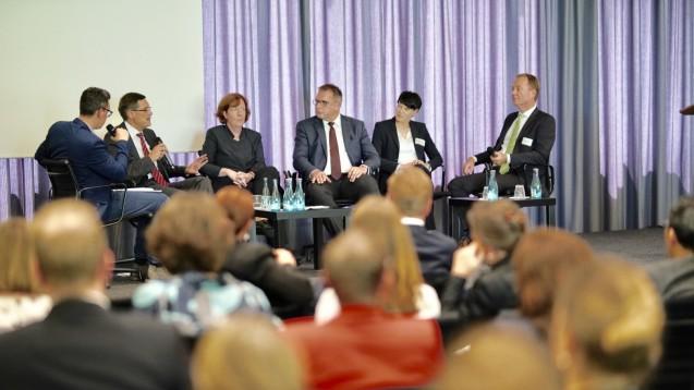 Die Teilnehmer der BAH-Podiumsidskussion von links nach rechts: Benjamin Rohrer (DAZ.online), Dr. Elmar Kroth (BAH), Dr. Anne Dwenger (BMG), Prof. Karl Broich (BfArM), Michaela Oppold (GSK), Markus Ambrosius (Sträter). (c / Foto: BAH / Mike Fuchs)
