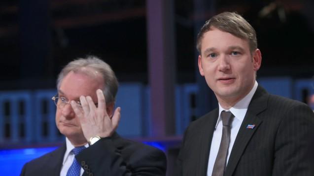 Magdeburg: Reiner Haseloff (CDU, l.), Ministerpräsident von Sachsen-Anhalt, und AfD-Spitzenkandidat André Poggenburg stehen am Wahlabend im Fernsehstudio. (Foto: Jens Wolf / dpa)