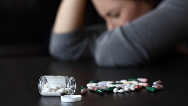 Mit zunehmender Einsamkeit nahmen die Menschen mehr NSAR und nahezu eine doppelte Menge an Benzodiazepinen und Antidepressiva ein. (s / Foto: Antonioguillem / AdobeStock)