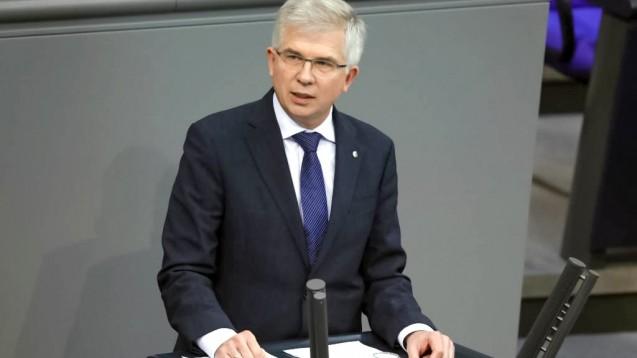 Der FDP-Politiker Andrew Ullmann fordert, Versicherte und Apotheken von Bürokratie bei der Befreiung von Zuzahlungen zu entlasten und die Bonpflicht für Arzneimittel, die zulasten der GKV abgegeben werden, sofort abzuschaffen. ( r / Foto: imago images / Metodi Popow)