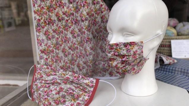 Stuttgarter Jungunternehmer haben eine Online-Plattform ins Leben gerufen, auf der Menschen ihre selbst genähten Masken an Heilberufler vermitteln können. (Foto: imago images / MiS)