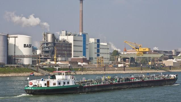 In Ludwigshafen am Rhein befindet sich die größte Produktionsstätte des Chemiekonzerns BASF, hier kann derzeit wegen Dürre und Hitze nur eingeschränkt produziert werden. Welche Stoffe sind betroffen? (Foto: Imago)