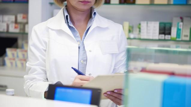 Sollten Apotheken Verzichtserklärungen im Zusammenhang mit der Umsatzsteuer auf Herstellerabschläge unterzeichnen oder nicht? (s / Foto: imago images / Westend61)