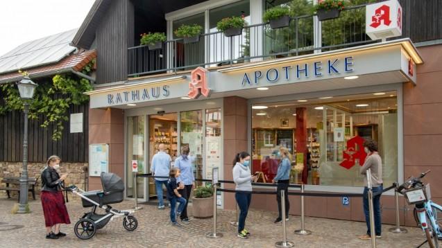 """Wie der """"Weser-Kurier"""" am vergangenen Dienstag meldete, befürchten Apotheker in Bremen einen Ansturm: Wird es durch die kostenlose Ausgabe von FFP2-Masken zu langen Schlangen vor den Apotheken kommen – so wie im Frühjahr vor dieser bayerischen Apotheke? (Foto: Schelbert)"""