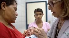 Doktor Angela Rocha (r.) misst im Oswaldo Cruz Hospital in Recife (Brasilien) den Kopfumfang des einen Monat alten Alexandro Julio. Das Kind ist an Mikrozephalie erkrankt. (Foto: Rafael Fabres / dpa)
