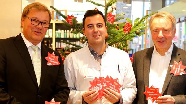 """Die Krefelder """"Weihnachtswunschbaum-Aktion"""" der Organisatoren (v.l.) Ulrich Heesen, Filialdirektor Deutsche Bank, Simon Krivec, Inhaber der Brunnen-Apotheke und Mühlen-Apotheke in Krefeld, und Dr. Hansgeorg Rehbein, 1. Vorsitzender der Krefelder Tafel e.V. ist wieder angelaufen. (Foto: Krivec)"""