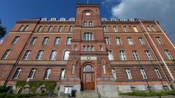 Eine Aktenpanne hält den Prozess gegen einen ehemaligen Substitutionsarzt in Flensburg auf. (Foto: dpa)