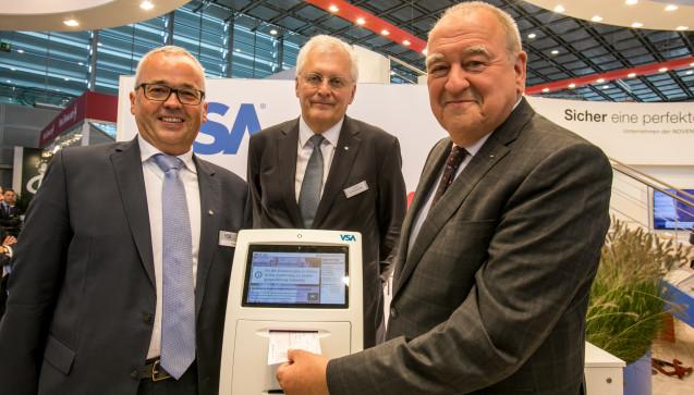 VSA-Chef Herbert Wild, Noventi-Chef und LAV-Präsident Fritz Becker  (v.lil) eröffneten auf der Expopharm die digitale Rezeptsammelstelle.  (Fotos: DAZ / Schelbert)