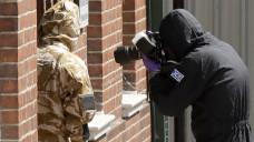 Im südenglischen Amesbury untersuchen Spezialkräfte der Polizei derzeit die Räume einer Boots-Apotheke, um herauszufinden, wie sich zwei britische Staatsbürger mit dem Nervengift Nowitschok vergiften konnten. (m / Foto: dpa)