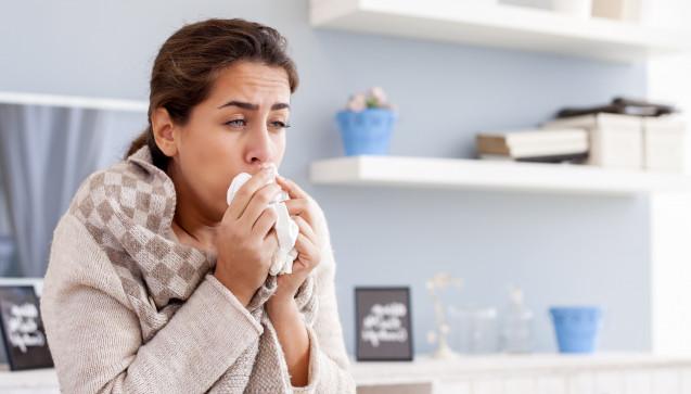 X wie X-mal: X-mal macht sich bei einer beginnenden Bronchitis der Hustenreiz bemerkbar. Der Grund: Mithilfe des Hustenreflexes versucht der Organismus die eingedrungenen Viren wieder loszuwerden. In der Regel leider vergeblich, dafür umso beharrlicher … (Foto: nikodash / stock.adobe.com)