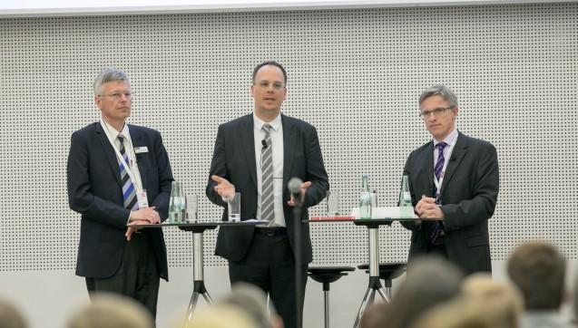"""""""EuGH-Urteil und Skonti: Was tun?"""" Diese Frage beantworteten Apotheker und Dipl.-Kaufmann Dr. Thomas Müller-Bohn (links im Bild) und JuristDr. Elmar J. Mand (rechts). Moderiert wurde die Runde von DAZ-Chefredakteur Dr. Benjamin Wessinger."""