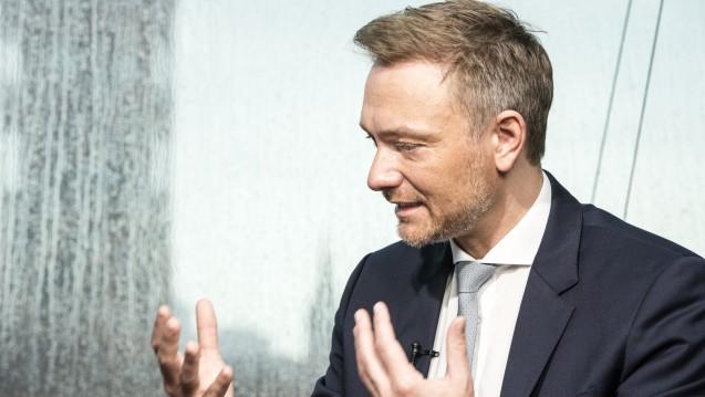 FDP-Parteichef Christian Lindner will flexible Rx-Preise bei neuen Dienstleistungshonoraren. DAZ-Autor Dr. Thomas Müller-Bohn meint in einem DAZ-Editorial: Lindner hat nicht die Bedeutung der Rx-Preisbindung erfasst. (Foto: Külker)