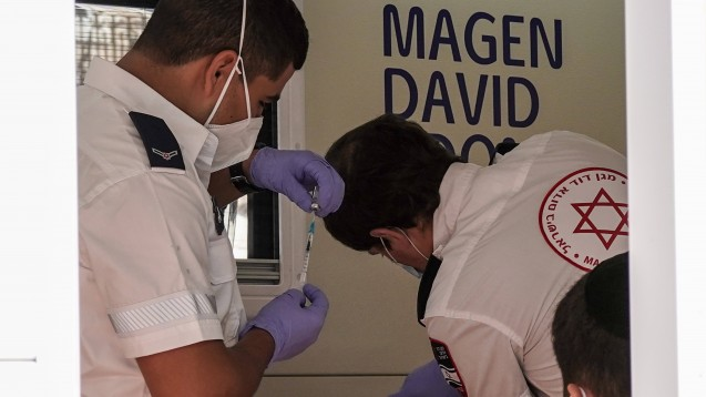 Real-World-Daten aus Israel: Sieben Tage nach der zweiten Dosis stieg die Wirksamkeitsrate von Comirnaty weiter an, und zwar für die Verhinderung dokumentierter Infektionen auf 92 Prozent und symptomatischer Fälle auf 94 Prozent. (Foto: IMAGO / ZUMA Wire)