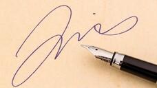 Statt Unterschrift von Hand: Die qualifizierte elektronische Signatur (QES) ist in vielen Fällen gleichgestellt. (c / Foto: Gina Sanders/AdobeStock)
