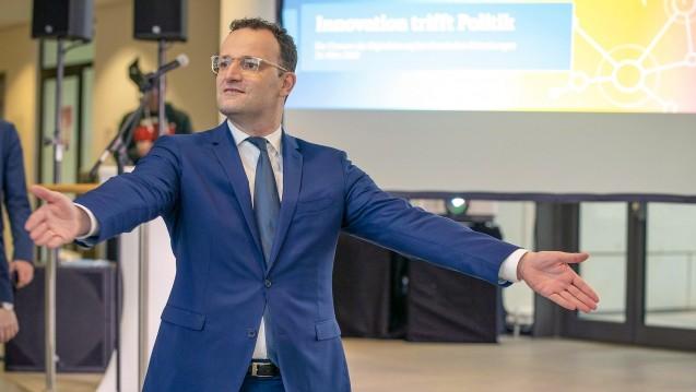 Gesundheitsminister Jens Spahn folgt der Aufforderung der EU-Kommission und erklärt: § 78 Abs. 1 Satz 4 Arzneimittelgesetz soll gestrichen werden. (Foto: imago images / Günther Ortmann)