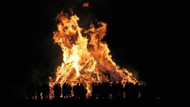 Die in der christlichen Osternacht üblichen Feuer gehen auf alte heidnische Bräuche zurück. Auf diese Weise sollte der Winter vertrieben werden. (Foto: Martin Gulbe / stock.adobe.com)