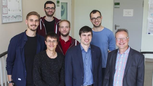 Prof. Dr. Andreas Hilgeroth (1. v. r.) und sein Team von der Uni Halle arbeiten an einem neuen Angriffsziel im Stoffwechsel grampositiver Bakterien. (m / Foto: Uni Halle / Markus Scholz)