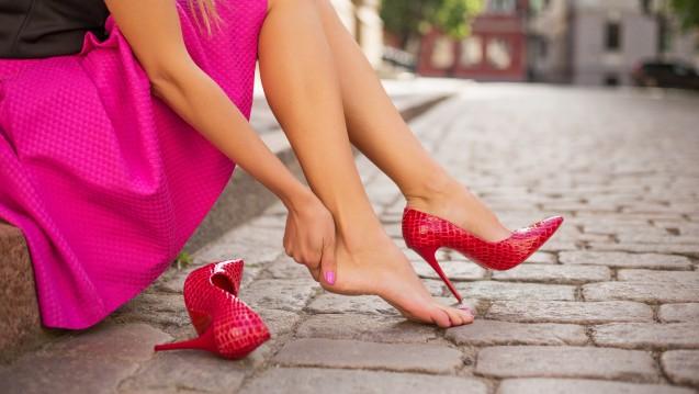 Barfuß in den Schuhen, da hat man schnell mal eine Blase. Bei High-Heels sind allerdings zwei paar Socken zur Vorbeugung keine Option. (c / Foto:Kaspars Grinvalds /stock,adobe.com)