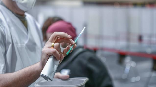 In Baden-Württemberg kann Apothekenpersonal, das Antigen-Schnelltests durchführt, nun eine Impfung erhalten. (Foto: IMAGO / onw-images)