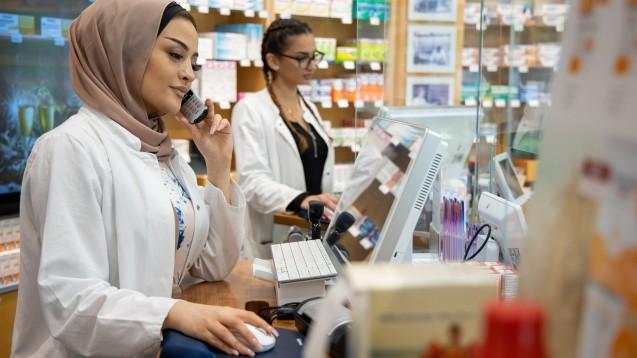 Bevor ein Rezept beliefert werden kann, muss in der Apotheke viel geprüft werden. Bürokratie gehört zum Alltag dazu. (Foto: Schelbert)