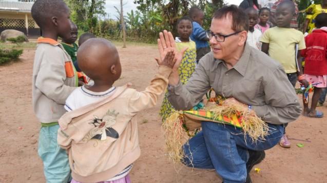 Apotheker Reinhard Eger plant die Gründung eines Vereins zur Afrika-Hilfe. Als Pilotprojekt soll zunächst in erster Linie ein Dorf im Hochland Westkameruns unterstützt werden. (m / Fotos: Reinhard Eger)