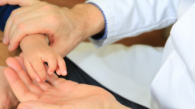 Vier von fünf seltenen Erkrankungen sind genetisch bedingt, daher sind oft schon Kinder betroffen. (Foto: dpa)