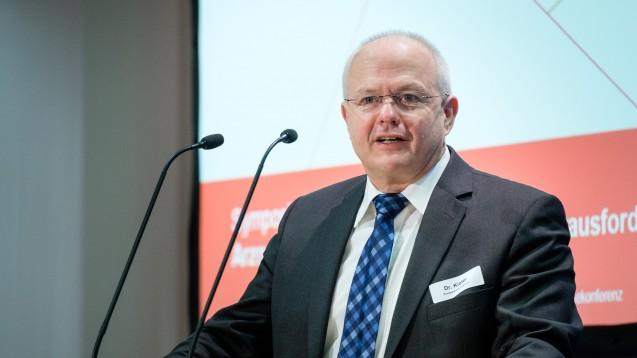 """Für BAK-Präsident Dr. Andreas Kiefer hat die Vor-Ort-Apotheke als """"sprechende"""" Pharmazie bei der Aufklärung über Arzneimittelmissbrauch die wichtigste Rolle. (Foto: ABDA)"""