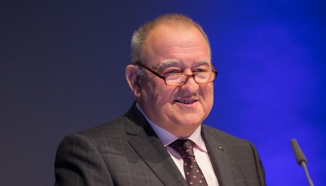 Eröffnung: Am Mittwochmorgen eröffnete DAV-Chef Fritz Becker die Expopharm. Becker bedankte sich bei Bundesgesundheitsminister Hermann Gröhe (CDU) für die Zustimmung zum AM-VSG, das eine Honorarerhöhung für Apotheker enthält. (Schelbert)