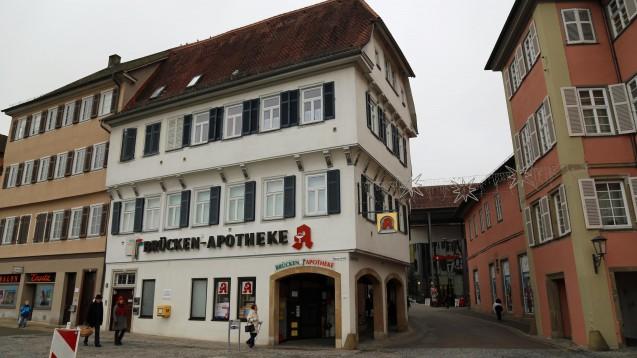 Die Brücken-Apotheke ist Vergangenheit - doch ihr ehemaliger Inhaber hat auch jetzt noch einige Probleme. (Foto: diz/DAZ)