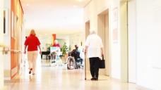 Ob im Heim, im Krankenhaus, in Palliativ-Care-Teams oder in der Substitutionsversorung: Apotheker können und wollen sich einbringen – sie wollen aber rechtssicher agieren können. (m / Foto: Peter Atkins / stock.adobe.com)