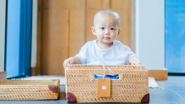 Zolgensma soll auch in der EU zugelassen werden: für Kinder mit Spinaler Muskelatrophie Typ 1 oder mit maximal zwei Kopien des Back-up-Gens SMN2. Wichtiges Studienziel bei Zolgensma ist unter anderem das aufrechte Sitzen der Kleinkinder. (s / Foto:MIA Studio / Stock.adobe.com)