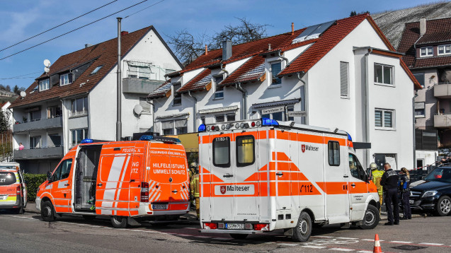 Einsatzkräfte von Rettungsdiensten und Polizei stehen vor einem Haus in Esslingen am Necker, in dem vergangenen Montag mehrere Tote gefunden wurden. (Foto:Sven Kohls / SDMG / dpa)