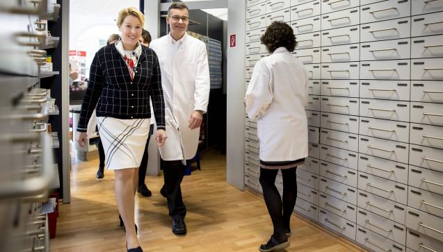 Bundesfamilienministerin Giffey warf auch einen Blick hinter die Kulissen der Pfauen-Apotheke in Berlin-Neukölln. (Foto: photothek / imago)