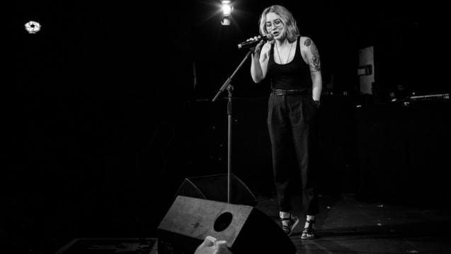 Andrea Maria Fahrenkampf – erfolgreich im Poetry-Slam trotz anstrengendem und zeitintensivem Pharmaziestudium. (Foto: Fabian Stürtz)