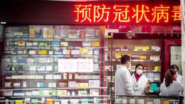 In China schützen Apotheker sich vor dem Kontakt mit potenziell Infektiösen Kunden. Ob das auch was bringt, beantwortet die FIP in ihrer Guideline. (s / Foto: imago images / UIG)