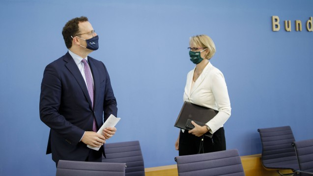 Bundesgesundheitsminister Jens Spahn und Bundesforschungsministerin Anja Karliczek erwarten von einem Corona-Impfstoff, dass sein Nutzen höher ist als seine Risiken. (imago images / photothek)