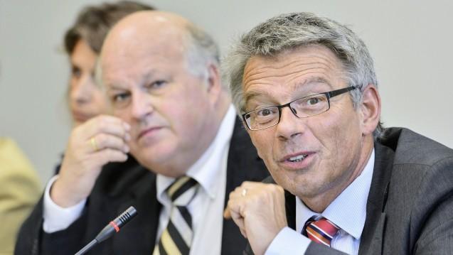 Wichtig für Apotheker: Josef Hecken (re.) und der zweite Unparteiische im G-BA, Harald Deisler, gaben am Donnerstag weitere Wirkstoffe bekannt, die in der Apotheke nicht mehr ausgetauscht werden dürfen. (Foto: G-BA)