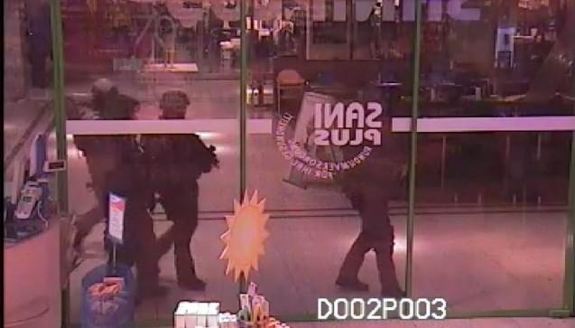 Gegen 21 Uhr am Freitagabend kommt das Einsatzkommando und bringt die drei Mitarbeiter in Sicherheit, die sich in der Apotheke im Olympia-Einkaufszentrum eingeschlossen hatten. (Foto: Apotheke)