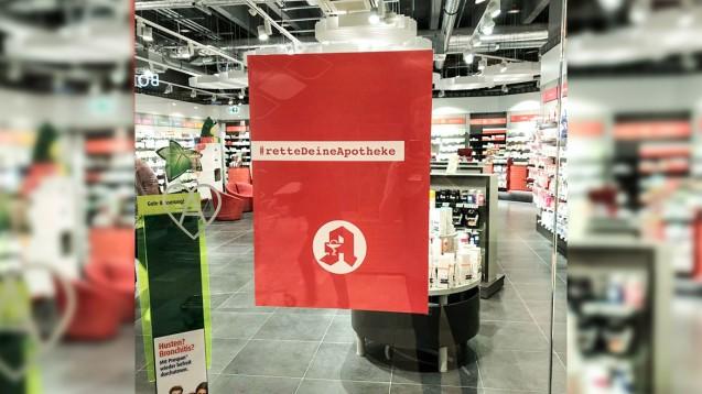 Zahlreiche Apotheker haben die Kampagnenmotive von #rettedeineapotheke bereits in ihrer Apotheke aufgehängt. (m / Foto: privat)