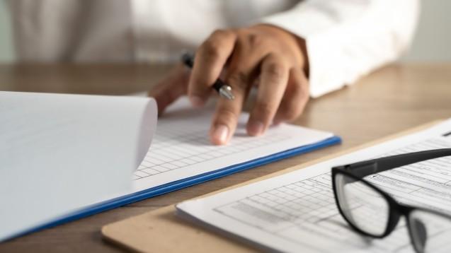 Bevor Approbierte in der Apotheke im Rahmen von Modellprojekten impfen, sollten bestimmte Fragen mit den Versicherern geklärt werden. Über wichtige Punkte tauschten sich gestern Experten und Apotheker in einem Online-Forum aus. (Foto: onephoto / stock.adobe.com)