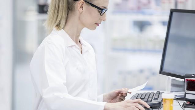 Digitale Rezepte ja, aber bitte nicht aus Online-Praxen aus dem Ausland: Die ABDA protestiert dagegen, dass Apotheken künftig generell Rezepte beliefern sollen, die aus einem nicht-direkten Arztkontakt resultieren. (Foto: Imago)