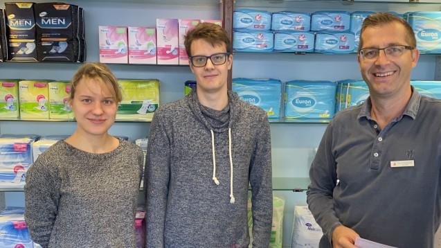 Veronika Vasilevska, Fabian Roßnick und Dr. Lars-Alexander Mohrenweiser in Mohrenweisers Apotheke (v.l.). (s / Foto: Katrin Poh/Apothekerkammer Sachsen-Anhalt)