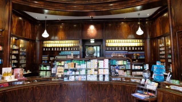 Seit 1786 eine Institution in Hamburg beeindruckt Roth's alte englische Apotheke mit ihrer Einrichtung aus dem Jahre 1928. (Fotos: Roth's alte englische Apotheke Hamburg)