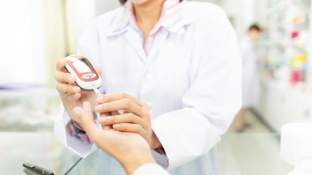 Bei Diabetiker:innen, die von Apotheken betreut wurden, sank der HbA1C-Wert statistisch signifikant von im Median 8 Prozent auf 7,3 Prozent, ohne pharmazeutische Unterstützung verringerte sich der HbA1c-Wert lediglich um 0,3 Prozent.(Foto:jokekung / AdobeStock)