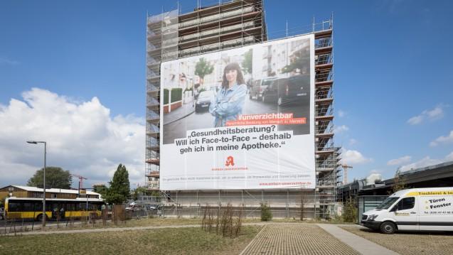 Am neuen Apothekerhaus hängt seit dem heutigen Dienstag das erste ABDA-PR-Banner. ( j/ Foto: ABDA)
