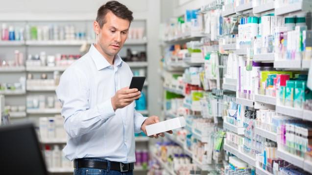 """""""Bekomme ich das im Internet günstiger?"""", das Handy gehört mittlerweile zum Einkaufen dazu, wie der Einkaufskorb oder der Einkaufswagen.(Foto:Tyler Olson / Stock.adobe.com)"""