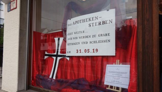 Im Schaufenster der Schwarzwald-Apotheke im Stuttgarter Stadtteil  Kaltental wird auf die kommende Schließung hingewiesen.(Alle Fotos: DAZ.online)